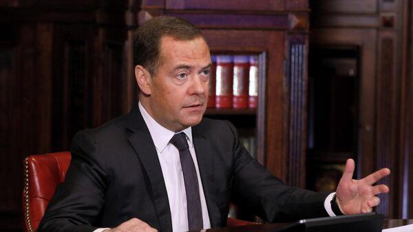 Зампред Совбеза РФ Д. Медведев принял участие в заседании попечительского совета СПбГУ - Sputnik Таджикистан