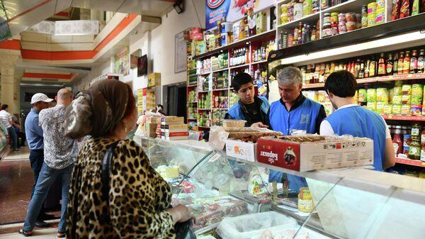 Покупатели на рынке Мехргон в Душанбе - Sputnik Таджикистан