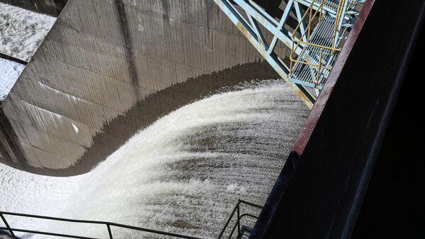 Сброс воды на водохранилище, архивное фото - Sputnik Таджикистан