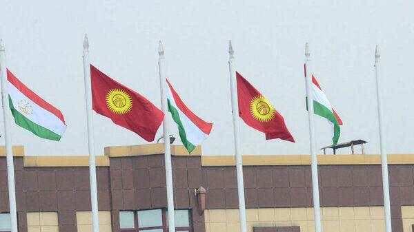 флаги Таджикистана и Кыргызстана - Sputnik Тоҷикистон