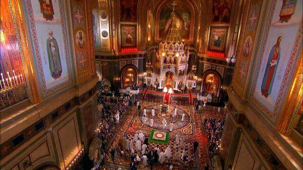 Путин посетил пасхальное богослужение в храме Христа Спасителя - Sputnik Тоҷикистон