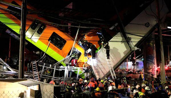 """Спасатели работают на месте частичного обрушения эстакады метро с вагонами на станции """"Оливос"""" в Мехико - Sputnik Таджикистан"""