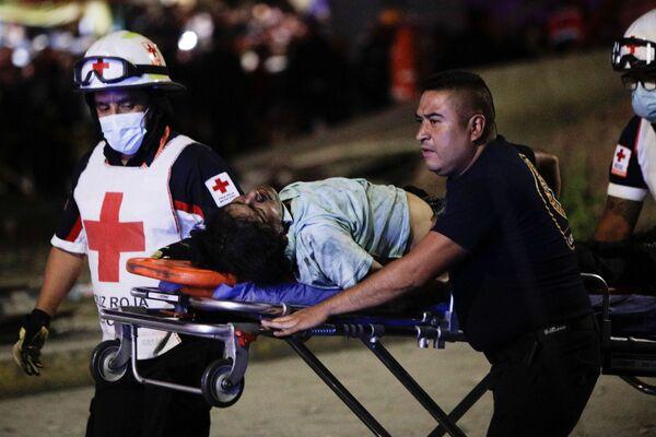 Спасатели везут раненого на носилках  - Sputnik Таджикистан