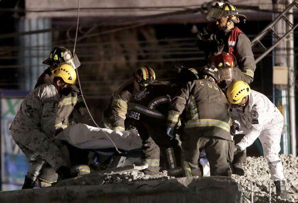 Спасатели разбирают завалы после обрушения  эстакады метро с вагонами  - Sputnik Таджикистан