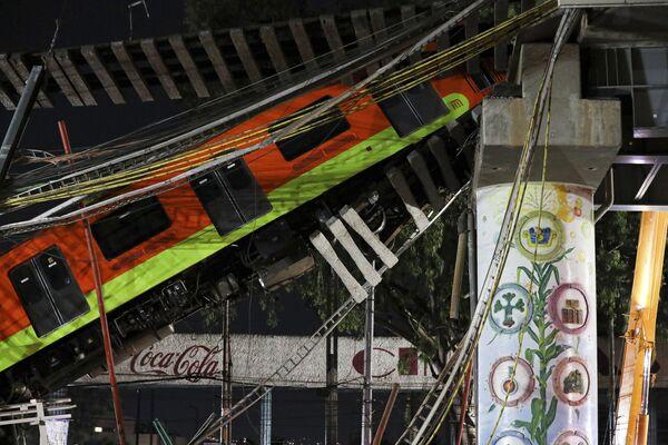 Участок, проходящий над дорогой на юге Мехико, обрушился в понедельник вечером, в результате чего поезд метро упал, а машины оказались в ловушке - Sputnik Таджикистан