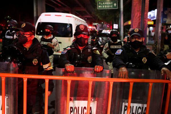 Полицейские стоят на месте аварии, где частично обрушилась эстакада метро с вагонами  - Sputnik Таджикистан