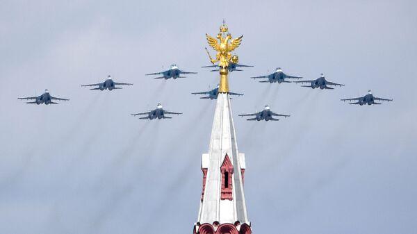 Строй тактическое крыло из истребителей Су-30СМ, Су-35С и бомбардировщиков Су-34 во время репетиции воздушной части парада в честь 76-летия Победы - Sputnik Тоҷикистон