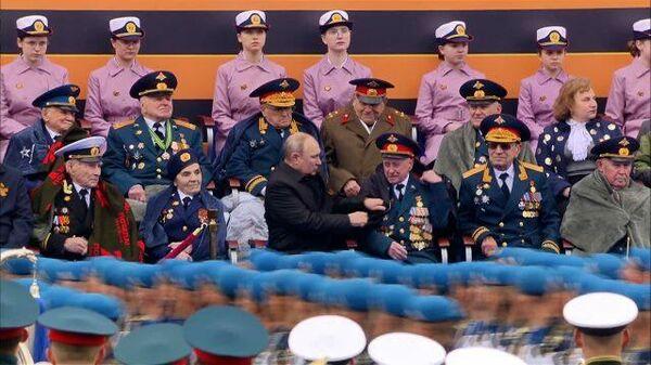 Путин помог ветерану поправить куртку - Sputnik Тоҷикистон