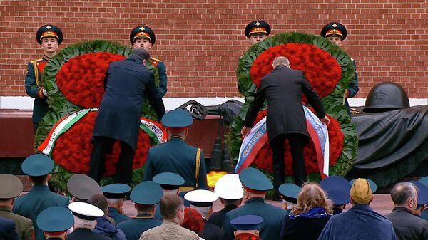 Рахмон и Путин возложили цветы к Могиле Неизвестного Солдата  - Sputnik Тоҷикистон