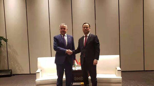 Встреча министра иностранных дел КР Руслана Казакбаева с министром иностранных дел Таджикистана Сироджиддином Мухриддином в Китае - Sputnik Таджикистан