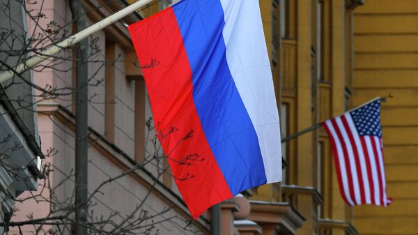 Государственные флаги России и США - Sputnik Тоҷикистон