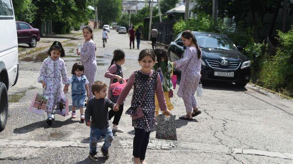 Дети на улицах Душанбе на Иди Рамазан - Sputnik Тоҷикистон