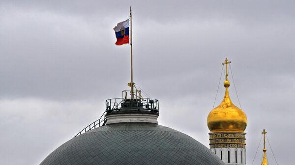 Президентский штандарт на куполе Сенатского дворца Московского Кремля - Sputnik Таджикистан
