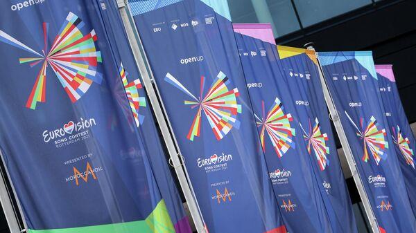 Флаги у входа в конференц-центр Rotterdam Ahoy в преддверии 65-го конкурса Евровидения 2021 года - Sputnik Тоҷикистон