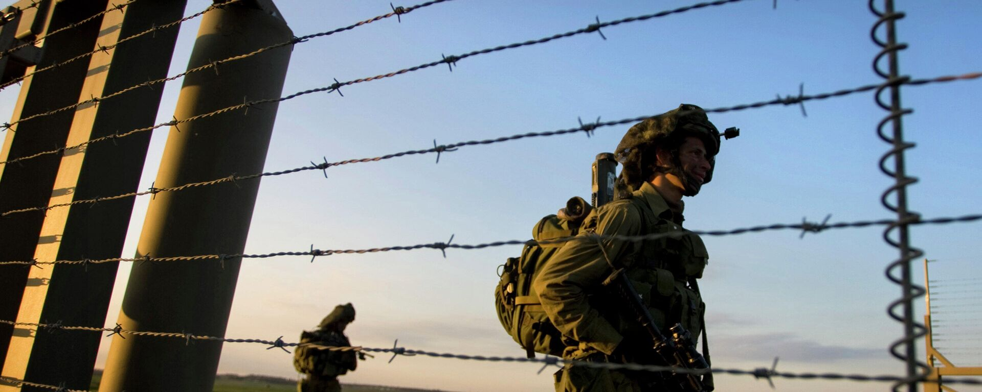 Израильские пехотные солдаты входят в сектор Газа из Израиля с боевым заданием, архивное фото - Sputnik Тоҷикистон, 1920, 09.07.2021
