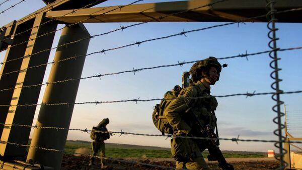 Израильские пехотные солдаты входят в сектор Газа из Израиля с боевым заданием, архивное фото - Sputnik Тоҷикистон