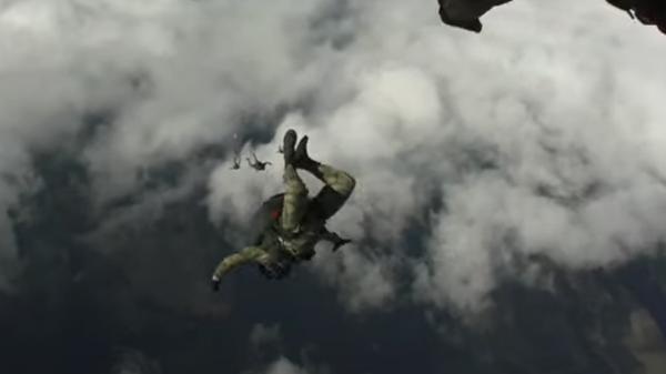 Военнослужащие ВДВ совершили десантирование с кислородным оборудованием с высоты 6 тыс. метров - Sputnik Таджикистан