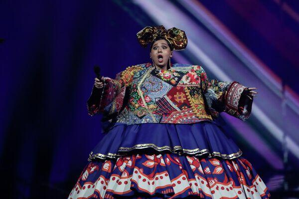 Многие западные СМИ сравнивали Манижу в широком платье с матрешкой, куклой на чайник и даже с далеками - расой злобных инопланетян из популярного сериала - Sputnik Таджикистан