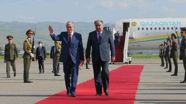 Президент Касым-Жомарт Токаев прибыл в Душанбе с двухдневным официальным визитом по приглашению Президента Таджикистана Эмомали Рахмона - Sputnik Тоҷикистон