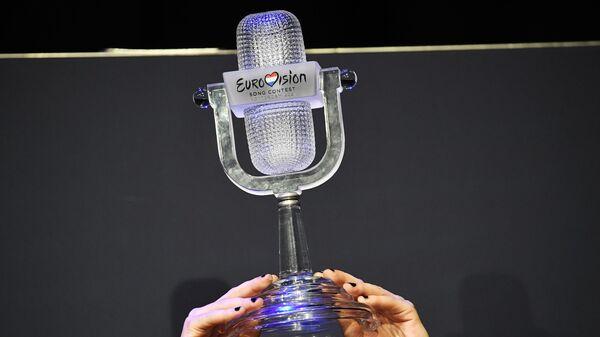 Награда в руках вокалиста группы Maneskin (Италия) Дамиано Давида - Sputnik Таджикистан