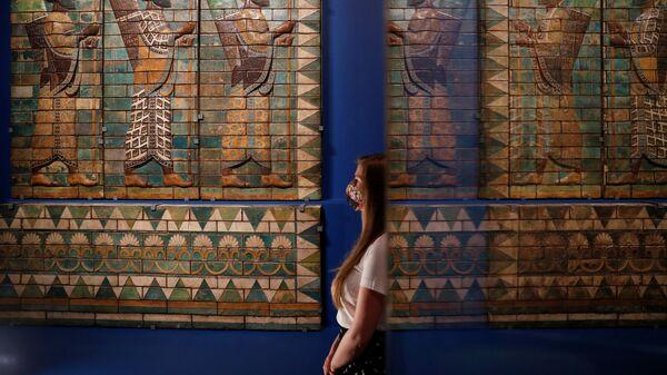 Копия The King's Bodyguard на выставке Epic Iran в музее V&A в Лондоне  - Sputnik Тоҷикистон