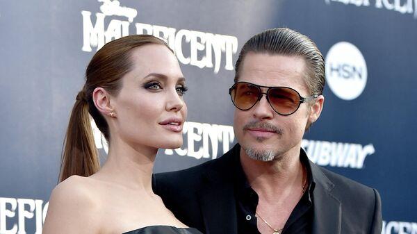 Актеры Анджелина Джоли (слева) и Брэд Питт, архивное фото - Sputnik Таджикистан