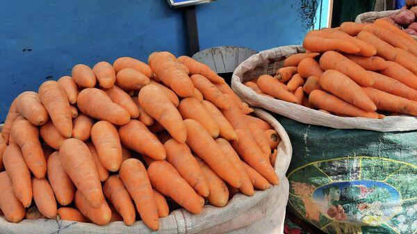Торговля морковью на рынке в Худжанде - Sputnik Таджикистан