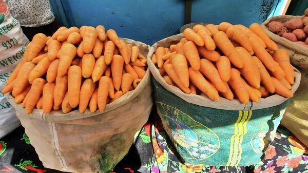 Торговля морковью на рынке в Худжанде - Sputnik Тоҷикистон