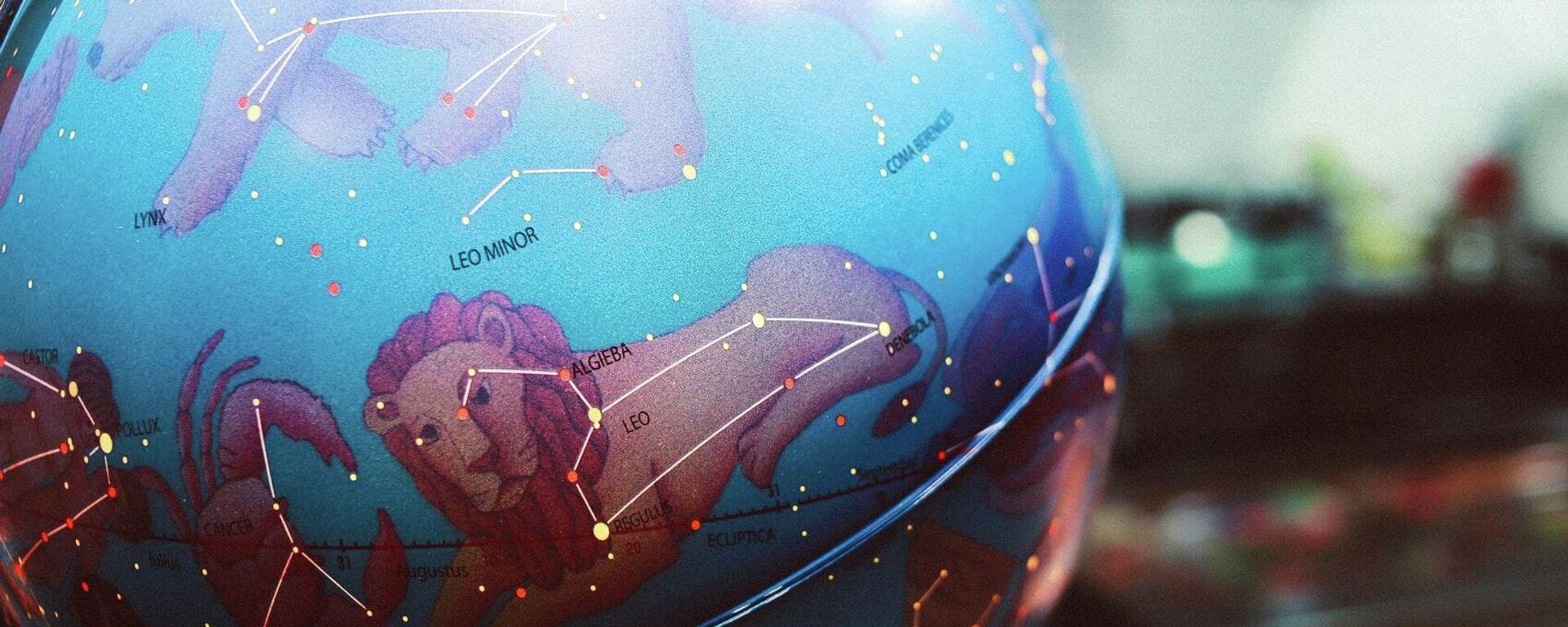 Созвездия на глобусе - Sputnik Таджикистан, 1920, 03.06.2021