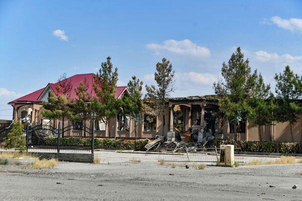 На территории, прилегающей к спорной территории, которая контролировалась кыргызами, в тот день были огромные разрушения - Sputnik Таджикистан