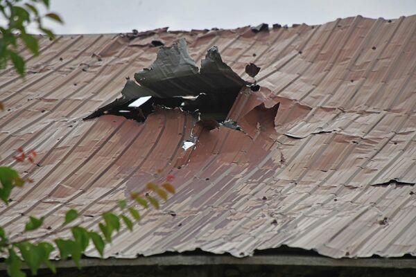 Это здание также находится на спорной территории и видно, что оно загорелось изнутри - Sputnik Таджикистан