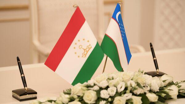 Флаги Узбекистана и Таджикистана - Sputnik Тоҷикистон