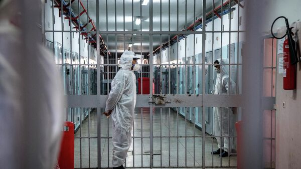 Тюремные надзиратели, одетые в СИЗ из-за пандемии COVID-19. Архивное фото - Sputnik Тоҷикистон