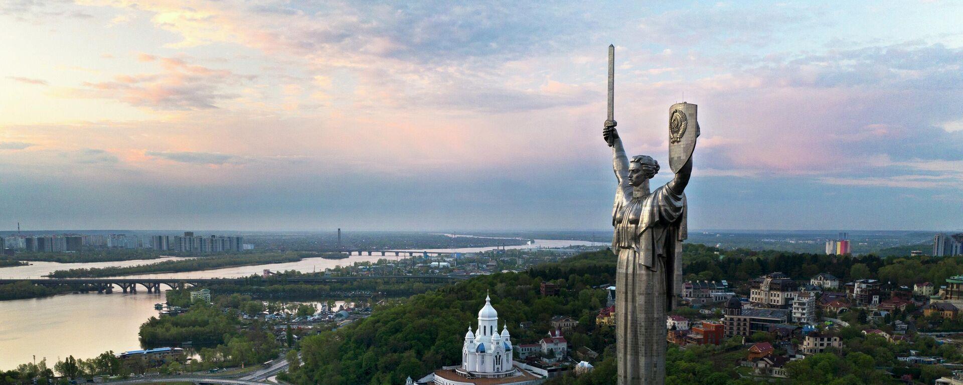 Родина Мать - 102-метровый стальной памятник времен Второй мировой войны советских времен над рекой Днепр - Sputnik Таджикистан, 1920, 02.06.2021