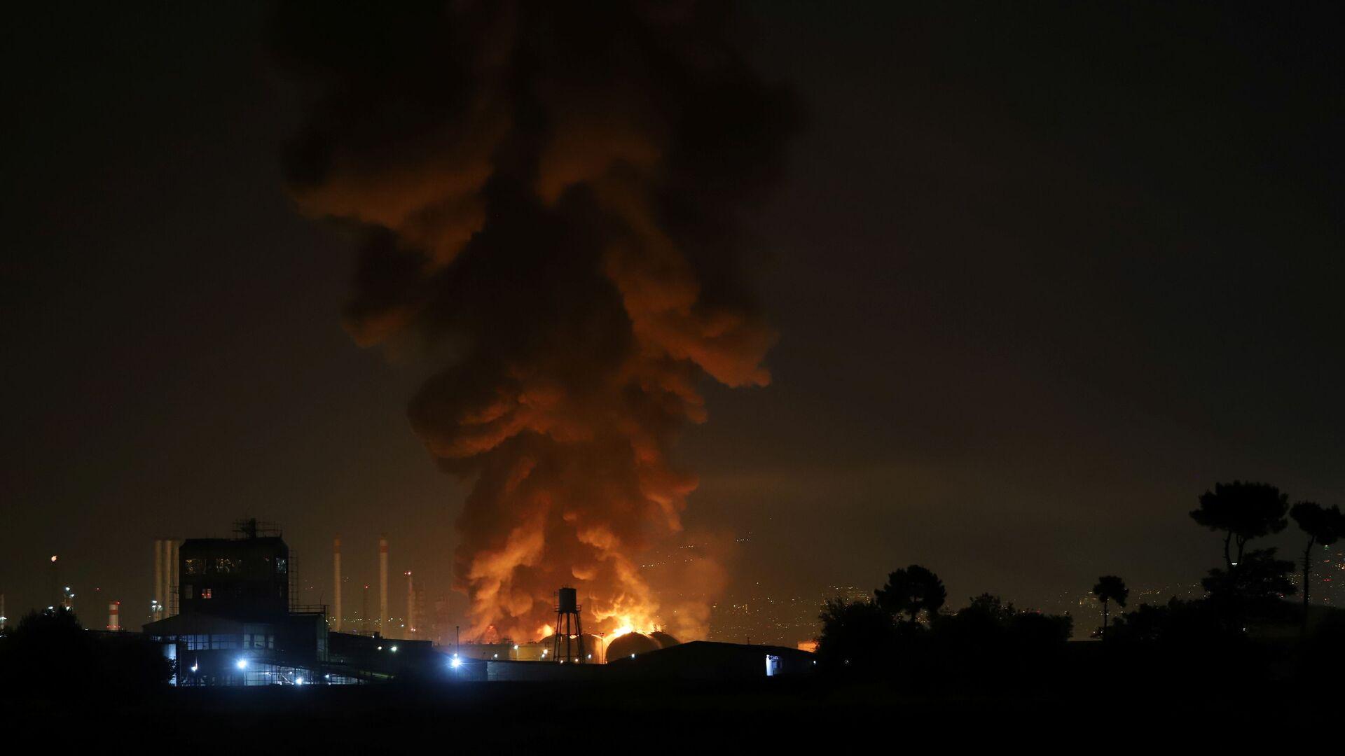 Дым от взрыва на нефтеперерабатывающем заводе в Тегеране - Sputnik Таджикистан, 1920, 24.07.2021