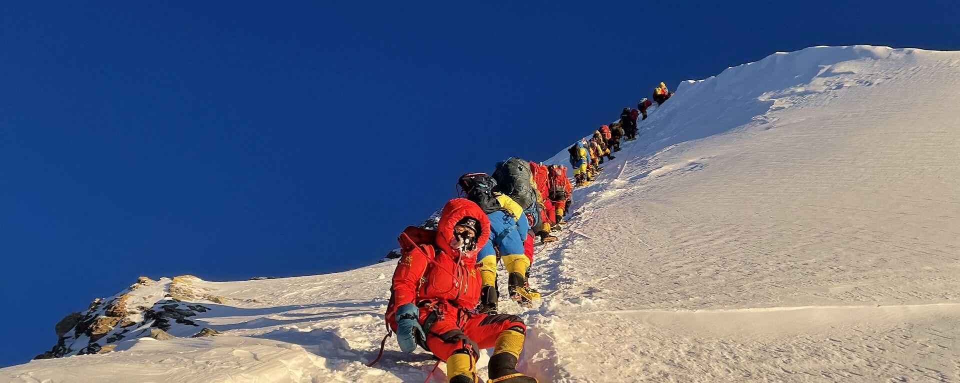 Альпинисты во время восхождения на Эверест в Непале  - Sputnik Таджикистан, 1920, 07.06.2021
