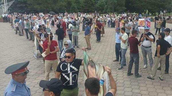 Митинг сторонников Орхана Инанды у здания правительства в Бишкеке - Sputnik Тоҷикистон