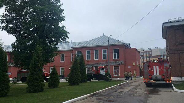 Машины и сотрудники пожарной службы возле больницы в Рязани, где в результате пожара в реанимационном отделении погибли два человека - Sputnik Таджикистан