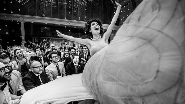 Снимок The Flying Bride фотографа Soven Amatya, занявший первое место в категории Gallery конкурса 2021 Creative Photo Awards - Sputnik Тоҷикистон