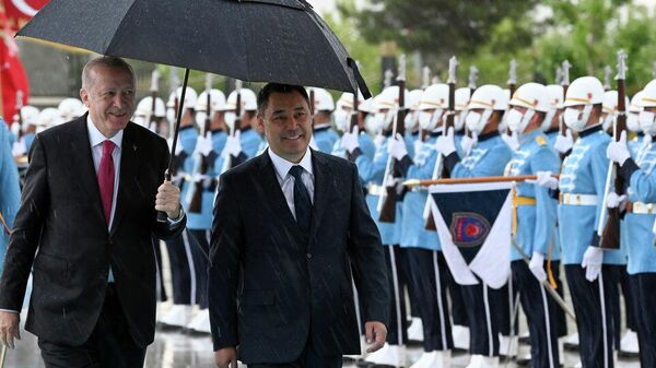 Президент Садыр Жапаров на церемонии официальной встречи с Президентом Турции Реджепом Тайипом Эрдоганом - Sputnik Тоҷикистон