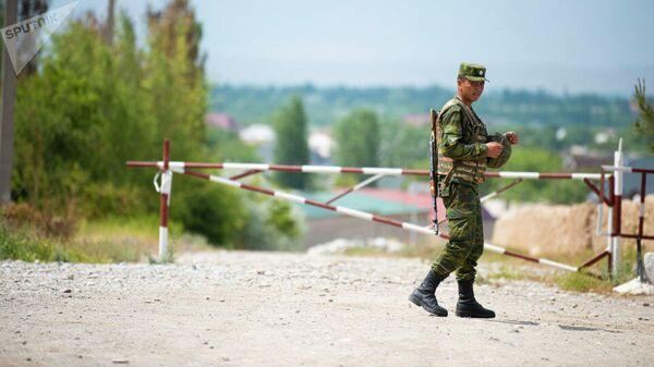 Сотрудник пограничной службы КР на границе с Таджикистаном. Архивное фото - Sputnik Таджикистан