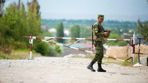 Сотрудник пограничной службы КР на границе с Таджикистаном. Архивное фото - Sputnik Тоҷикистон