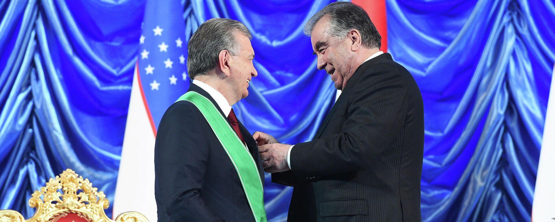 Президент Таджикистана Эмомали Рахмон наградил главу Узбекистана Шавката Мирзиёева почетным орденом - Sputnik Таджикистан, 1920, 10.06.2021
