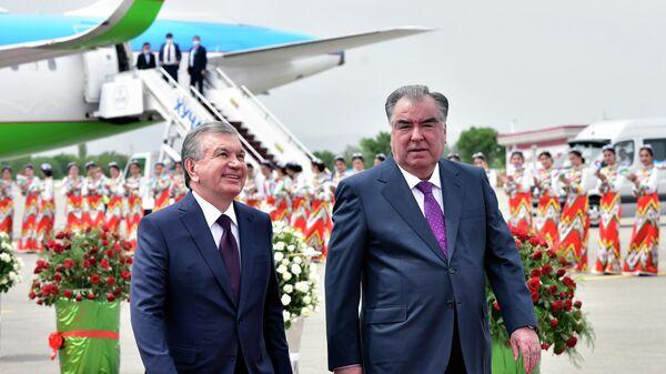 Рахмон и Мирзиёев в международном аэропорту Худжанда - Sputnik Таджикистан