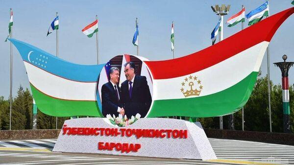Стенд с Рахмоном и Мирзиёевым - Sputnik Таджикистан
