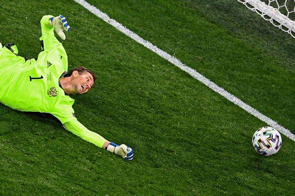 Казалось бы, он так близко. Вратарь сборной России Антон Шунин пропускает мяч в свои ворота. - Sputnik Таджикистан