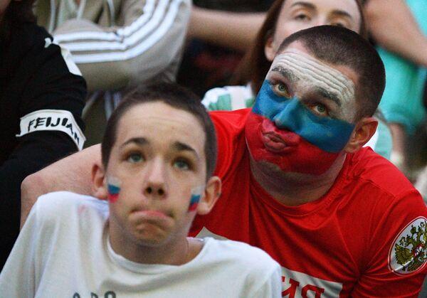 Эмоции на виртуальных трибунах (для болельщиков организовали фан-зоны по всей России) привлекали внимание фотографов даже сильнее, чем футбол. - Sputnik Таджикистан