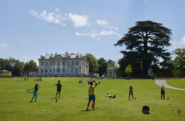 Парк Ла Гранж считается одним из мест, которые непременно нужно посетить путешественникам, оказавшимся в Женеве. - Sputnik Таджикистан