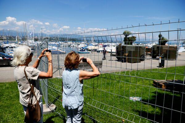 Вокруг парков Ла Гранж и О-Вив поставили ограждения, а на берегу Женевского озера ограничат передвижение граждан. - Sputnik Таджикистан