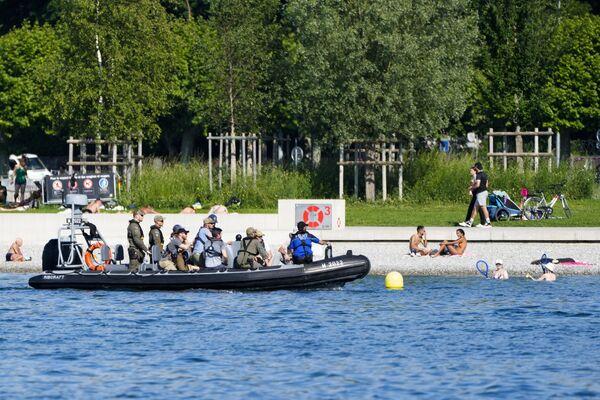 Полицейские патрулируют берег Женевского озера в преддверии встречи Путина и Байдена. - Sputnik Таджикистан